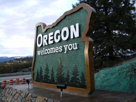 https://commons.wikimedia.org/wiki/File:New_Oregon_welcome_sign_(5136383424).jpg